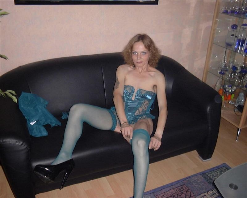 Geile hausfrau strippt im wohnzimmer 5