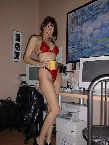 Geile hausfrau strippt im wohnzimmer 1