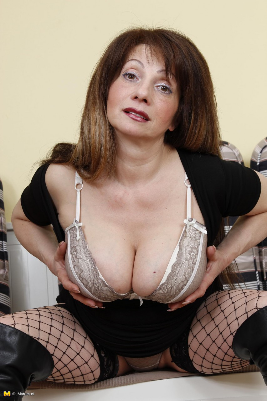 Schlampe Oma mit großen Titten Schlampe